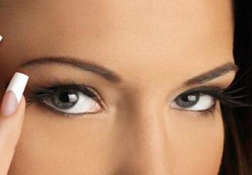 עיצוב גבות ושפם+סידור ושיוף הציפורניים+מריחת לק 2 שכבות ומיי...