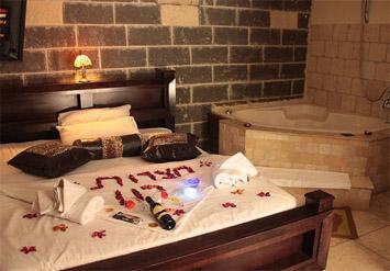 לילה זוגי לחופשה רומנטיתבצימר מאבן או בקתה מעץ הכוללים...