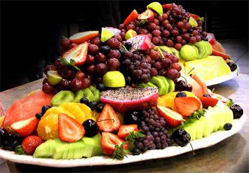 סלסלות ומגשי פירות טריים מרהיביםבשפע צבעים וטעמים!