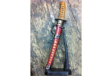 חרב דקורטיבית ומעוצבת, בנרתיק יפה,מוצבת במעמד ליופי לב...