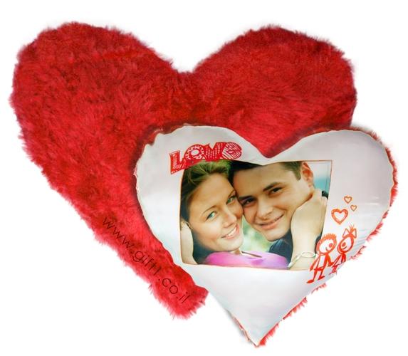 רוצים לשים את הראשקרוב למי שאתם אוהבים? כרית בצורת לב בעיצוב אישי עם תמונה של אהוביכם והקדשה! רק ב49 ש