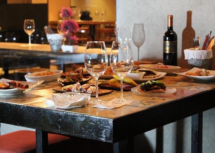 ארוחת טאפאסים ויין בג'וני היל - מסעדת טאפאס בר ספרדית תוססת ...