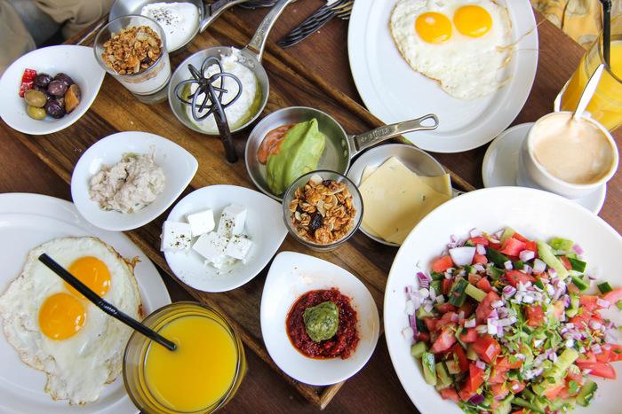 ארוחת בוקר זוגית או ארוחת שקשוקה זוגית ממש מול הים במסעדת סט...