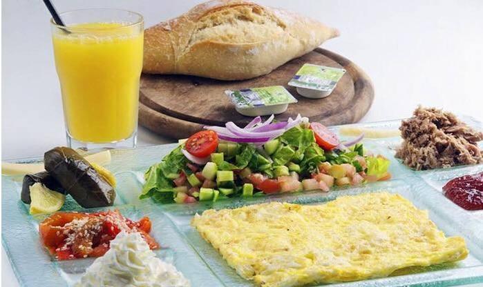 ארוחת בוקר זוגית עם נוף מושלם על חוף בת ים במסעדת קאזה ב69 ש...