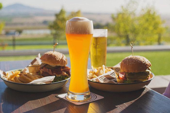 ארוחת המבורגר זוגית כשרה עם צ'יפס ובירה מול הים החל מ59 ש