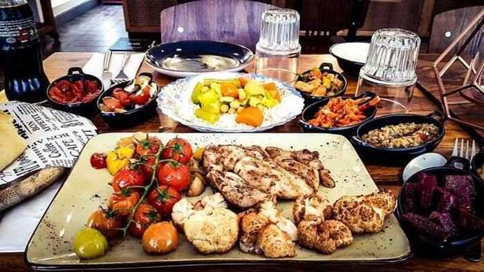 ארוחה זוגית מרוקאית כשרה ומיוחדת במיוחד עם מבחר מאכלים, בשרי...