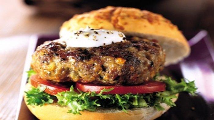 ארוחת המבורגר עסיסית ליחיד או לזוג מול הים ב-Koko&Clara בת י...